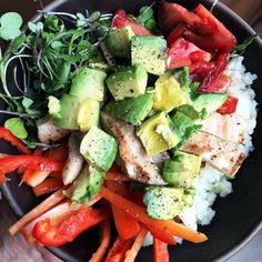 #dinnerisserved #whole30 #the30clean #paleo #cauliflowerrice #grilledchicken #microgreens #organicsweetpeppers #organictomatoes #avocado #sliveredalmonds #cleaneating #healthyliving by kaleandkombucha