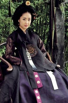RR: Eumranseosaeng) is a 2006 South Korean period drama film about a scholar during the Joseon Dynasty who begins to write erotic novels, and becomes the lover of the King's favorite concubine. Korean Hanbok, Korean Dress, Korean Outfits, Korean Traditional Clothes, Traditional Dresses, Korea Fashion, Asian Fashion, Orientation Outfit, Culture Clothing