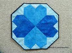 Elmira Br�dserviet - M�nster nr 503 er et Pedari patchwork m�nster, som indeholder papskabeloner til br�dservietten, lige klar til at klippe ud.