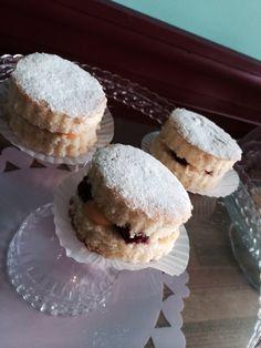 Victoria Sandwich  ヴィクトリア女王が愛したケーキ。当時のレシピはスポンジにジャムをはさんだシンプルなもの。現在イギリスでは赤いベリーのジャムとバタークリームを使うのが一般的ですがUGBではラズベリージャムとレモンカードで酸味をきかせています。 250yen