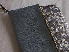 Les petits sacs (bandoulière amovible), deux styles (selon le côté duquel on le plie) inspi pas tuto Coin Couture, Baby Couture, Couture Bags, Couture Sewing, Fabric Purses, Fabric Bags, Diy Pochette, How To Make Leather, Black And White Purses