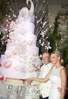 Prince Albert II and Princess Charlene  with their wedding cake