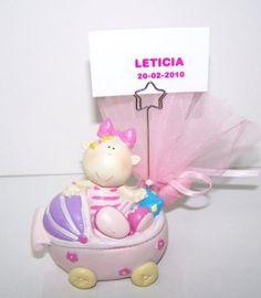 Detalles para bautizo, portafotos niña sobre cochecito bebé.  Se presenta con 3 peladillas de chocolate en tul, lazo a tono y tarjetita personalizada  Medidas: 10,5 cm