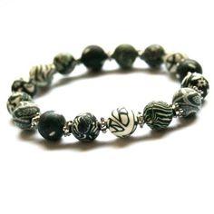 Svarthvitt armbånd med perler av leire. Bracelets, Jewelry, Fashion, Metal, Moda, Jewlery, Jewerly, Fashion Styles, Schmuck