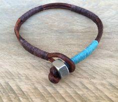 Esta pulsera sencilla pero elegante es una gran opción de mi colección de chicos. Hecha de dos tiras del cordón de cuero marrón 3mm resistido, envuelto en secciones con marrón y azul encerado lino. Tuerca de acero inoxidable y cuero lazo cierre. Esta pulsera agregará estilo a cualquier
