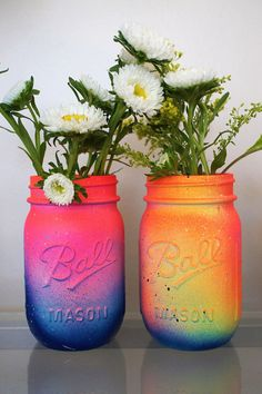 DIY Ombré Mason jar vase•  SUPPLIES -tablecloth (could get messy) -mason jar -spray paint (white & 4 other colors) HOW -Clean your jar inside and out.  -Spray an even layer of white paint on the outside of the jar. Let dry.  -Start with the lightest color. Lightly spray around the top (it's okay if white shows) Let dry.  -With the next color, overlap the first coat slightly to create an ombré effect.  -Continue these steps with darker colors.   Great for flowers or pencils!