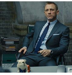 james bond gifts for men Daniel Craig Suit, Daniel Craig Style, Daniel Craig James Bond, Gentlemans Club, Daniel Graig, James Bond Style, Best Bond, Rachel Weisz, Mens Fashion Suits