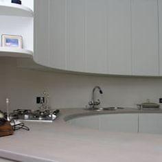 Curved White Kitchen: Cucina in stile in stile Moderno di Falegnameria Ferrari