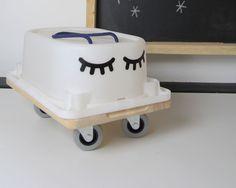Ein Rutschauto selber bauen ist kinderleicht und eine tolle Spielidee für eure Kleinen. Wir zeigen euch, was ihr für das DIY Bobby Car braucht.