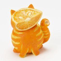 Gatto con arancia. Segnaliamo su designyoutrust.com un gatto realizzato con l'arancia, un'opera d'arte di food design dall'artista sconosciuto.