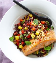 Thai Black Rice Salad with Wild Salmon - Clean Eating Black Forbidden rice gets… Healthy Recipes, Clean Eating Recipes, Healthy Eating, Eating Clean, Healthy Foods, Healthy Grains, Healthy Mind, Delicious Recipes, Yummy Food