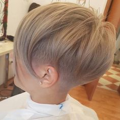 Latest short hairstyles with fine hair - hair peinados Ash Blonde Short Hair, Short Hair With Bangs, Short Hair Cuts, Short Hair Styles, Pixie Cuts, Blonde Pixie, Thick Hair, Latest Short Hairstyles, Short Pixie Haircuts