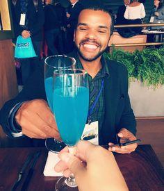A felicidade de quem está em um evento de premiação dos parceiros de @curacaotb e bebendo Drinks com Curaçao Blue as 11 da manhã #fbk #twt