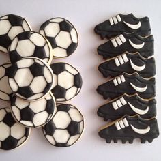 Fútbol: balón y botas Soccer Cookies, Soccer Snacks, Soccer Cake, Cut Out Cookies, Cute Cookies, Cupcake Cookies, Soccer Birthday Parties, Soccer Party, Boy Decor