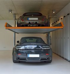 The SingleVario 2061 from KLAUS Multiparking offers two parking spaces with the footprint of one – as a cost-effective solution that does not require a pit. Garage Car Lift, Garage Shop, Dream Garage, Garages, Carport Modern, Underground Garage, Ultimate Garage, Garage Interior, Beautiful Houses Interior