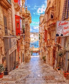 Postcards from Valletta Malta Photos by Ahoi Adventures Krista. Postcards from Va Malta Valletta, Cool Places To Visit, Places To Travel, Wonderful Places, Beautiful Places, Beautiful Streets, Bósnia E Herzegovina, Malta Gozo, Malta Island