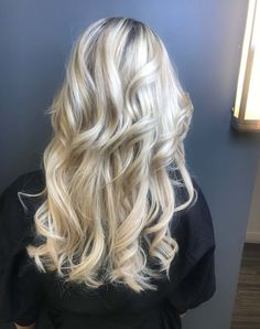 Silver blonde hair color idea for long hairs in 2019 Silver Blonde Hair, Light Blonde Hair, No Heat Hairstyles, Cool Hairstyles, Curly Hair Overnight, Everyday Curls, New Hair Colors, Blonde Color, Hair Looks