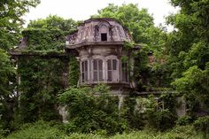 Amazing abandoned house. This was probably an incredibly beautiful home at one time.