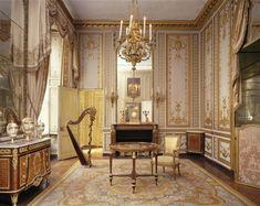 """Salão Maria Antonieta Doré, um dos quatro salas principais de sua """"Petits Appartements"""" em Versalhes.  Estes quartos pequenos com suas portas escondidas escapou da vigilância de espiões e amores favorecidas e intrigas.  Para percorrer o espelho, assim como Maria Antonieta costumava fazer, é uma experiência extraordinária.  As quatro salas principais, o Meridienne, as duas bibliotecas, o Salão de Doré, seus boudoirs e suas casas de banho fornecer uma imagem perfeita da França do século XVIII…"""