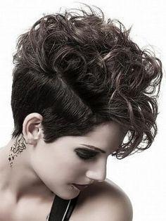 Deze korte haarstijlen speciaal voor dames met krullen zijn echt super tof! Houd de zijkanten wat korter dan de rest voor een mega stoer koppie. - Kapsels voor haar