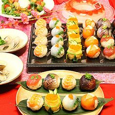 今日は雛祭りでしたね。皆さんいかがお過ごしでしたか~??我が家は姫ではないのですが・・なんとなくひなまつり気分を味わいたく・・息子と一緒に手毬寿司を作りました~!!息子は幼稚園のおにぎりパーティーで... Sushi Recipes, Asian Recipes, Cooking Recipes, Temari Sushi, Sushi Platter, Sushi Party, Spring Recipes, Snack, Creative Food