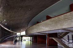 Rampas y acceso al Aula Magna de la Universidad Central de Venezuela. Arq. Carlos Raúl Villanueva. 1952-1953. Mural escaleras Carlos González Bogen. 1953.