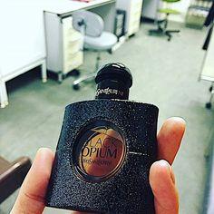 Мой друг на сегодня. Раньше в сумке, которую беру на работу, бессменно лежал Kilian Love, а вот теперь он. Раньше послерабочее утро разбавляли ваниль и карамель, а теперь кофе и шоколад ☕️🍫Не сильная разница для кого-то. Для меня большая☺ #ysl #yslblackopium #perfume #perfumeoftheday #парфюмдня #парфюм #парфманьяк #парфманьякипоймут #работа #дежурим