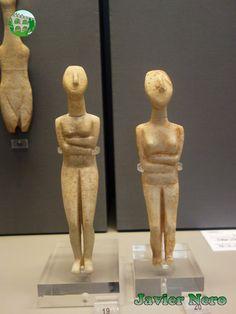"""CICLADICA TEMPRANA II (FASE KEROS-SYROS), 2800-2300 a. C. Figurillas femeninas del tipo """"Naxos Spedos"""" generalizadas. Cabeza recordando la forma de lira. De pie sobre las puntas de los pies con las rodillas dobladas, dobla los brazos debajo de los senos y levanta la cabeza. El Anexo 24 pertenece a la variedad de Amorgos """"Dokathismata"""" con cara angular, pecho ancho y contorno delgado. De Naxos y Amorgos. M.A.N. Atenas"""