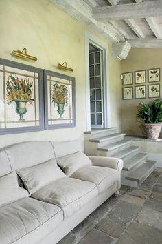 Wszędzie, nawet w oranżerii, na ścianach wiszą obrazy z motywem ziół.