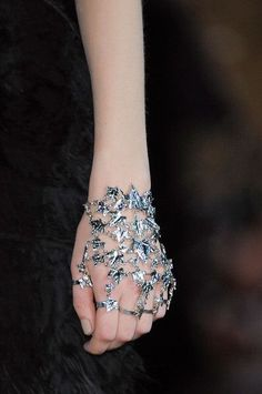 Alexander McQueen Fall 2014 Detail of Hand Jewelry Jewelry Accessories, Fashion Accessories, Jewelry Design, Fashion Jewelry, Jewelry Trends, Women Accessories, Hand Jewelry, Body Jewelry, Silver Jewelry