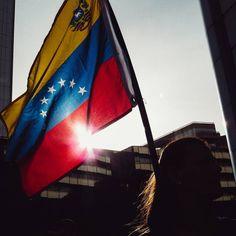 Foto de @decionario 100 días de millones de historias que se juntan a una sola voz en las calles  Un nuevo amanecer   #amanecer #tricolor  #Bandera #Venezuela #ccs #caracas #caminacaracas