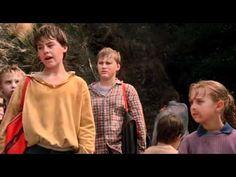 Uma professora (Rachel Ward) e um grupo de crianças são sequestrados dentro da escola. Os bandidos com máscaras (gato, papai noel e outras) rendem as criança...