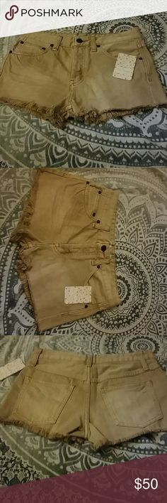 Free people denim tan shorts distressed pocket Nwt size 24 free people denim tan / cream colored front and back pocket shorts. Zipper fly, belt loops, and the bottoms have a fringe type of distressing as shown in last photo. Smoke and pet free home. Run true to size Free People Shorts Jean Shorts