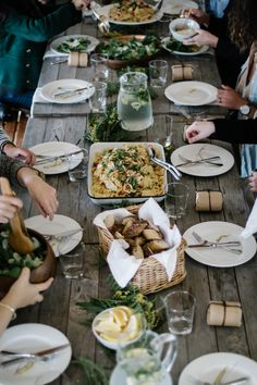 Love the rustic dinner spread and simple decoration - thursdays-at-the-coffeeshop:A Kinfolk dinner // Beth Kirby