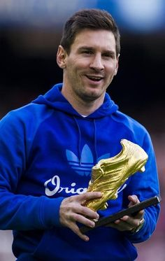 Lionel Messi of FC Barcelona poses the Golden Boot for scoring 46 goals last season prior to the La Liga match between FC Barcelona and Granda CF at Camp Nou on November 23, 2013 in Barcelona, Catalonia.