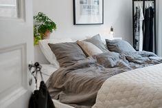 [the geometric duvet is stuning] Duvet day in this beautiful Swedish bedroom Swedish Bedroom, Scandinavian Interior Bedroom, Scandinavian Home, Pretty Bedroom, One Bedroom, Dream Bedroom, Duvet Day, Boho Deco, Small Bedroom Designs