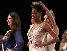 Ana Luísa Castro, a candidate from the northeastern state of Sergipe, receives the crown of Miss Mundo Brasil 2015 (Miss World Brazil 2015)