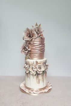 Rose gold wedding cake design idea by Claudia Prati Purple Wedding Cakes, Amazing Wedding Cakes, Elegant Wedding Cakes, Elegant Cakes, Wedding Cake Designs, Gold Wedding, Gorgeous Cakes, Pretty Cakes, Fab Cakes
