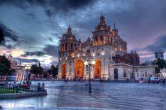 Córdoba, Argentina: Viaja con estilo para explorar los edificios históricos y los museos de Córdoba. Quizás parada en la plaza para disfrutar de una empanada con los lugareños.