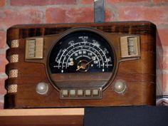 Vintage Industrial Furniture, Vintage Wood, Vintage Antiques, Lps, Nostalgia Art, Retro Radios, Old Time Radio, Antique Radio, Art Deco Era