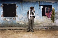 Bienvenu Mouzieto poses in front of his house in the Bacongo neighborhood. Black Dandy, International Fashion, African Fashion, Men Fashion, Fashion Menswear, School Fashion, Congo, Dandy Style, Pandora