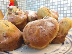 Kwarkbollen, oerhollands en lekker bij iedere brunch, lunch, ontbijt of gewoon als vieruurtje. De kwarkbol is rijk aan smaken van de zoete rozijnen tot heerlijke vanille. Het recept is erg eenvoudig en snel te bereiden, makkelijk op voorhand klaar te maken en blijven 3 dagen goed in een afgesloten broodzak. Ook prima op een ochtend te maken, op een uurtje zijn ze klaar en eetbaar. Smakelijk!