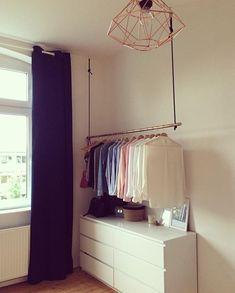 DIY Kupferrohr #Kleiderstange an dunkelblauer Samtkordel #werbrauchtschoneneinenbegehrbaren #Kleiderschrank