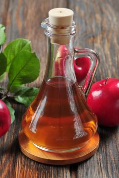 15 Amazing Benefits of Apple Cider Vinegar. Using apple cider vinegar on a regular basis, you could avoid many health problems in the first place. Healthy Detox, Healthy Drinks, Reflux Gastrique, Combattre La Cellulite, Cellulite Workout, Fat Workout, Vinegar Diet, Apple Cider Vinegar Benefits, Apple Vinegar