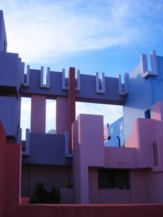 Image 17 of 25 from gallery of AD Classics: La Muralla Roja / Ricardo Bofill. Photograph by Ricardo Bofill Architecture Awards, Space Architecture, Sustainable Architecture, Contemporary Architecture, Architecture Details, Colonial Architecture, Ricardo Bofill, Small Bungalow, Ultra Modern Homes