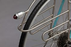 An diesem wunderschönen Randonneur von Horse Cycles gibt es nun wirklich überhaupt nichts zu meckern: vom Einsatz der Edelstahl-Muffen und Gabelkrone über die Farbgebung bis natürlich zu den Gepäckträgern, von denen die Heckversion im Art Déco Stil mit integriertem LED-Lämpchen … Weiterlesen →