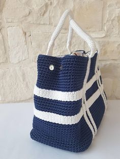 This Pin was discovered by Алл Crochet Handbags, Crochet Purses, Crochet Bags, Crochet Crafts, Knit Crochet, Basket Bag, How To Make Handbags, Tapestry Crochet, Knitted Bags