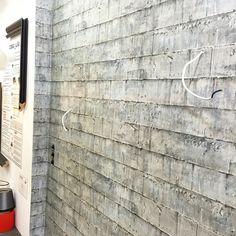 Papel de Andrew Martin imitando muro de hormigon