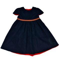 Federleichtes Cordkleid für junge Mädchen aus hochwertiger Baumwolle... Dieses Mädchenkleid mit kurzen Ärmeln ist aus einem fast tintenblauem Baumwollcord und mit einem roten Unterkleid gefüttert....