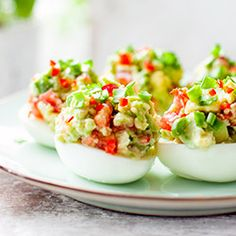 Guacamole Stuffed Eggs A clolorful and spicy appetizer. Mexican Food Recipes, Diet Recipes, Easy Easter Recipes, No Cook Appetizers, Brunch, Greens Recipe, Dinner Dishes, Dessert, Finger Foods